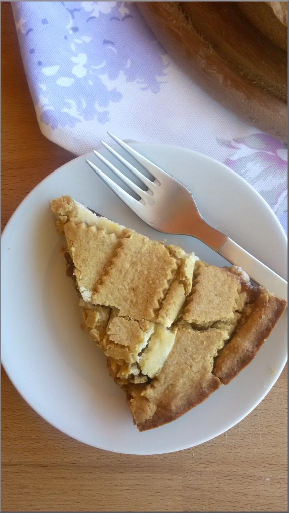 Crostata-di-avena-con-confettura-di-fragole-e-mousse-al-formaggio