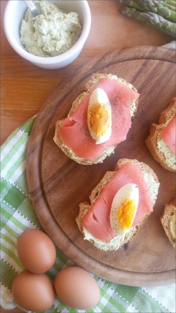 Crostini-con-asparagi-salmone-e-uova-sode