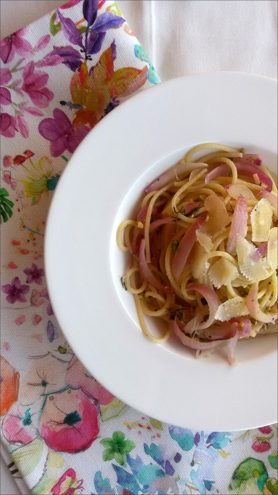 Spaghetti-con-cipolle-di-tropea-caramellate