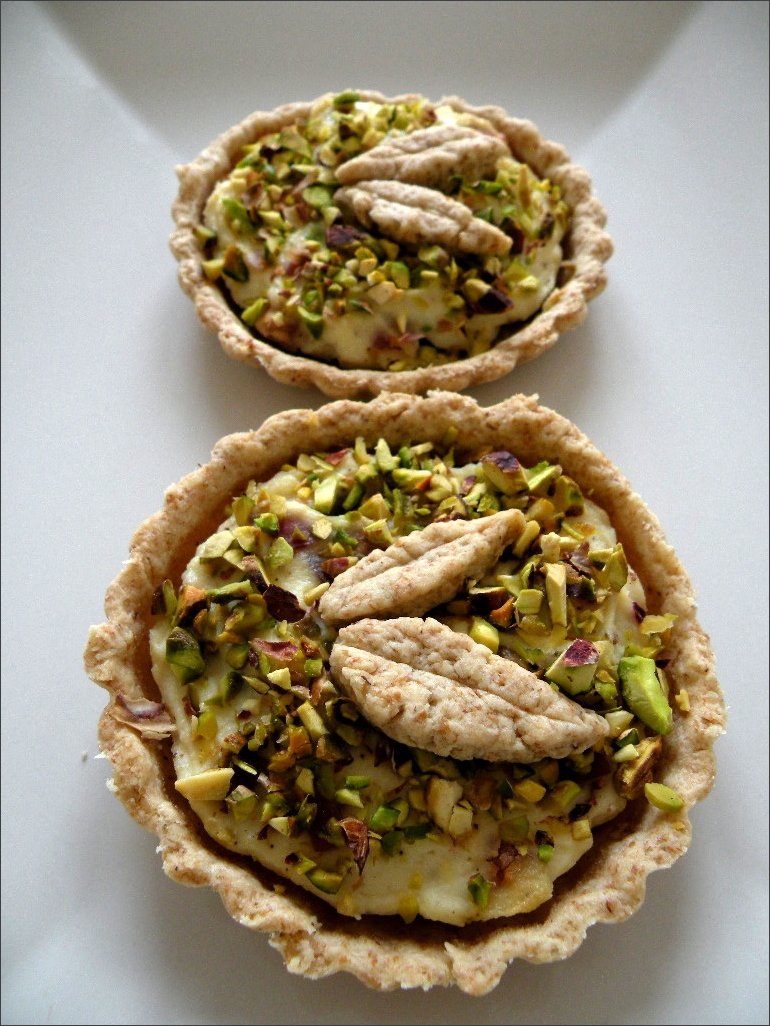Tartellette-salate-con-ricotta-speck-e-pistacchi
