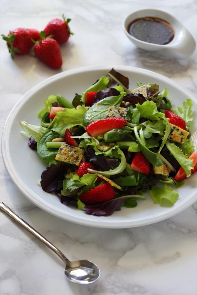 Insalata-con-asparagi-fragole-e-frittatina-al-sesamo-nero-e-semi-di-papavero