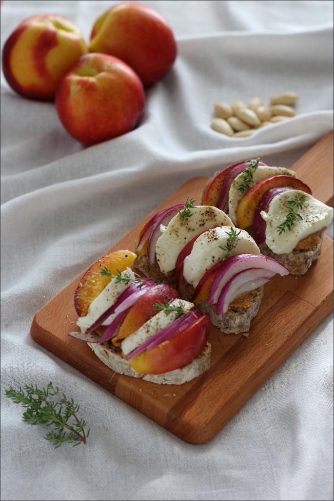 Crostoni-burro-di-mandorle-pesche-grigliate-e- mozzarella-di-bufala