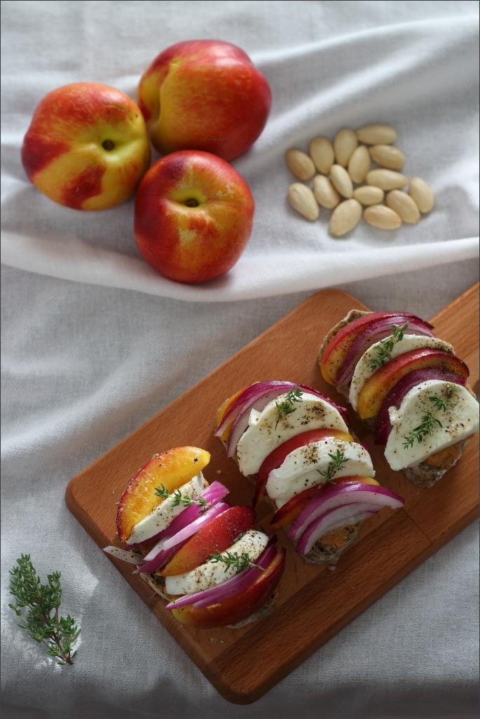 Crostoni-burro-di-mandorle-pesche-grigliate-e-mozzarella-di-bufala