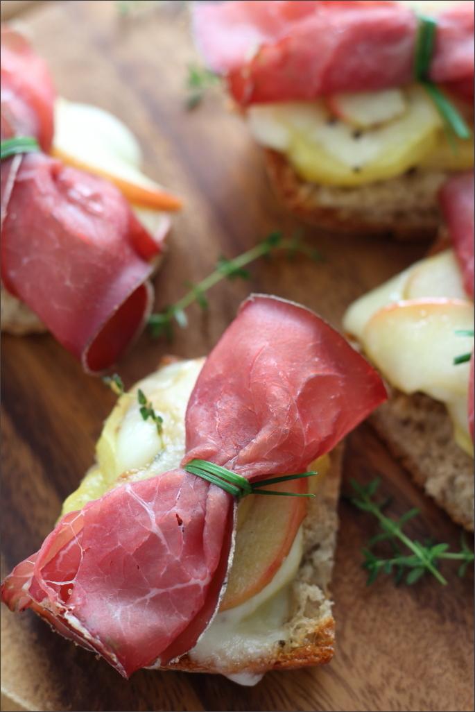 Crostini-di-pane-di-segale-con-bresaola-formaggio-di-montagna-e-mele