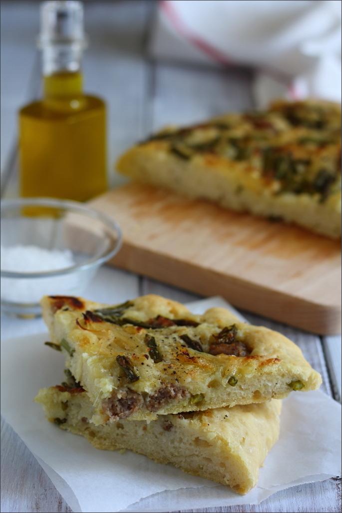 Focaccia-con-asparagi-cipolle-e-salsiccia