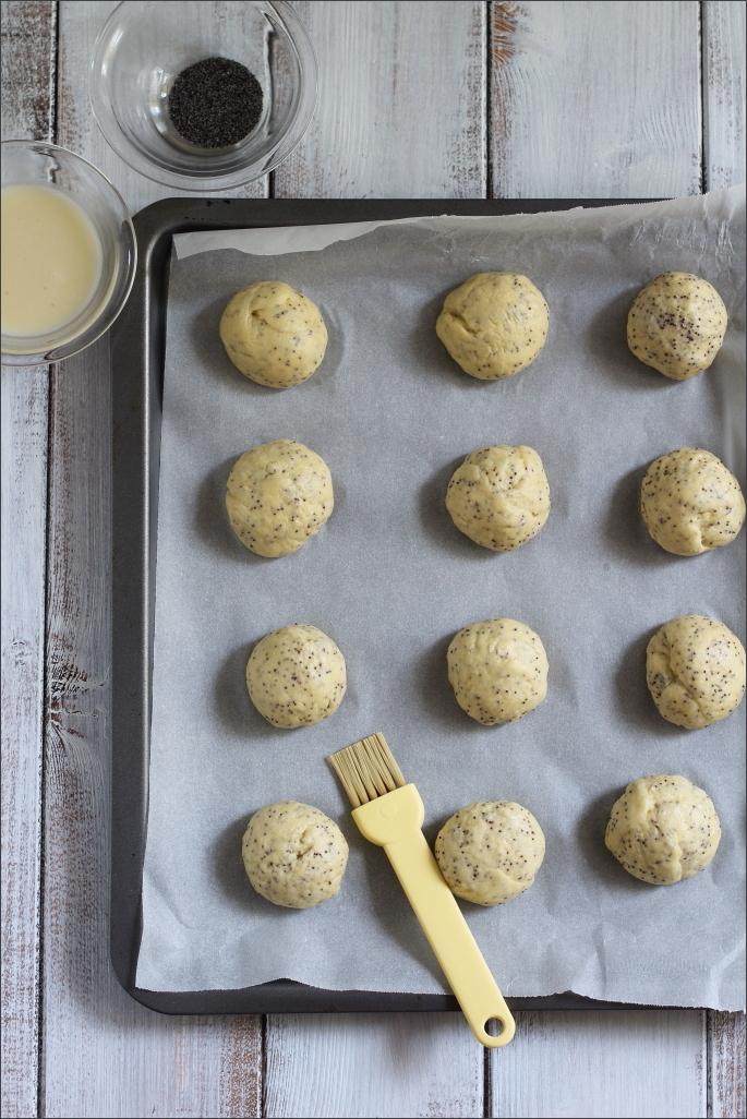Panini-dolci-al-latte-di-mandorla-e-semi-di-papavero