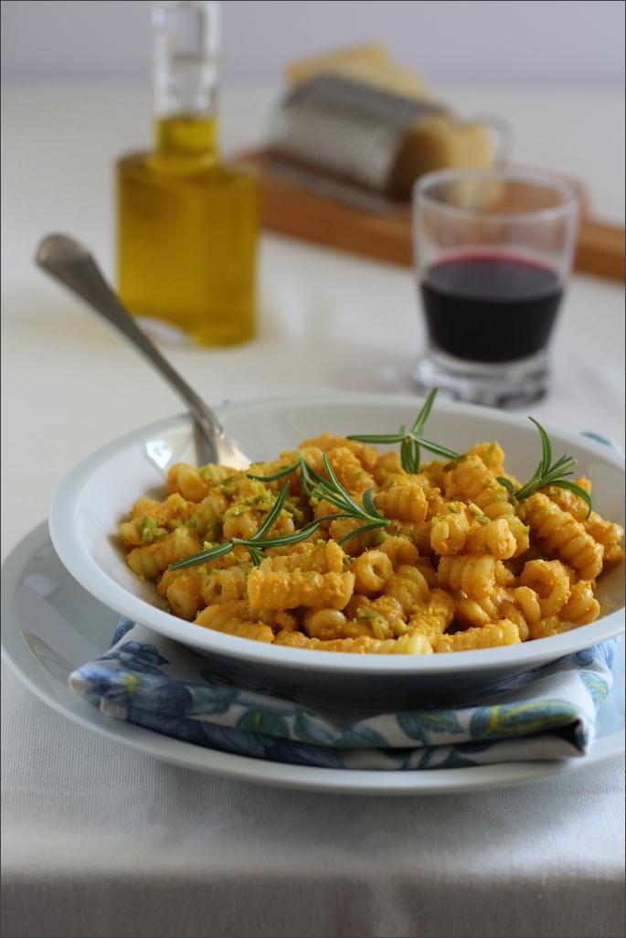 Pasta-con-pesto-di-peperoni-e-pistacchi