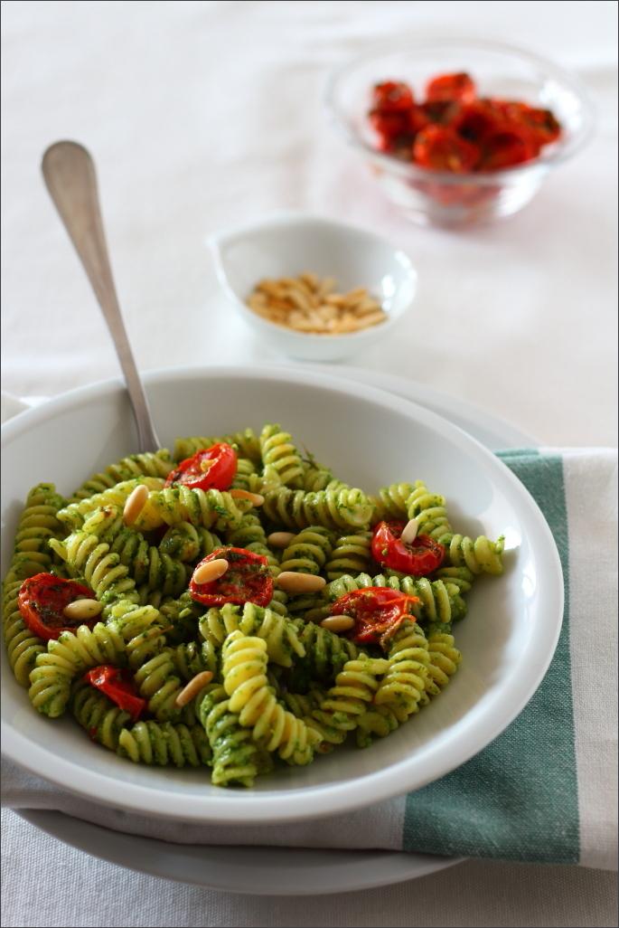 Pasta-fredda-con-pesto-di-rucola-pomodorini-confit-e-pinoli