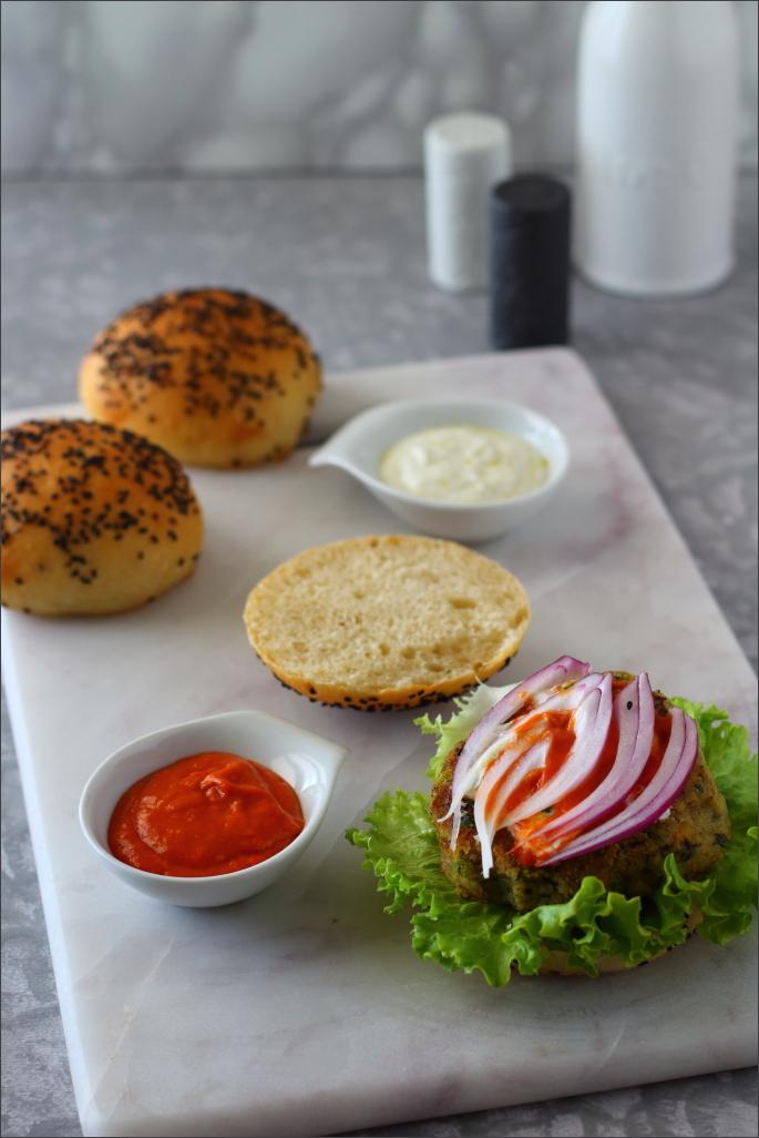 Burger-di-ceci-neri-e-verdure